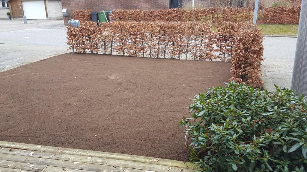 Græsplæne i Mølholm – Nyanlægning af mindre græsplæne i forfinet håndbygget kvalitet ved rækkehus i Mølholm i Vejle