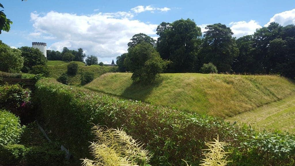 Beskæring af ligusterhæk i Fredericia – I vidunderlig have i antikke omgivelser