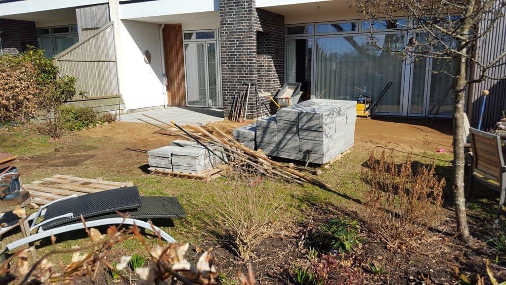 anlægsgartner-havefliser-krummelure-haandbygget-fuglebad-kampesten-paa-sandhoejen-moelholm-vejle-20160331_154524