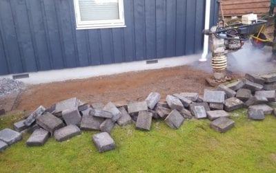 Efterreparation af sætningsskade i havefliser fra forkert opfyldt Brønd efter anden håndværker i Hvidbjerg ved Børkop