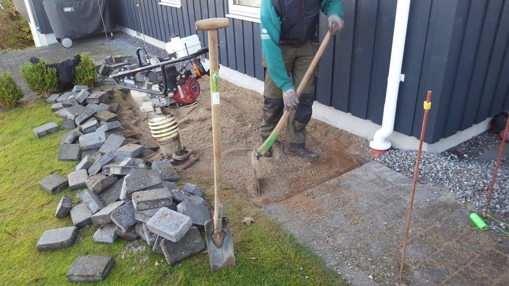 anlægsgartner-Efterreparation af sætningsskade i havefliser fra forkert opfyldt Brønd efter anden håndværker i Hvidbjerg ved Børkop