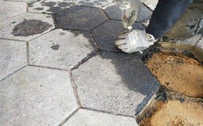 Reparation efter oliepletter på fliser af beton i indkørsel i Vinding ved Vejle