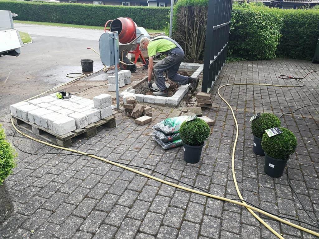 Sætning af pryd kantsten med plantekasse i skærver på Prangager i Bredballe i Vejle
